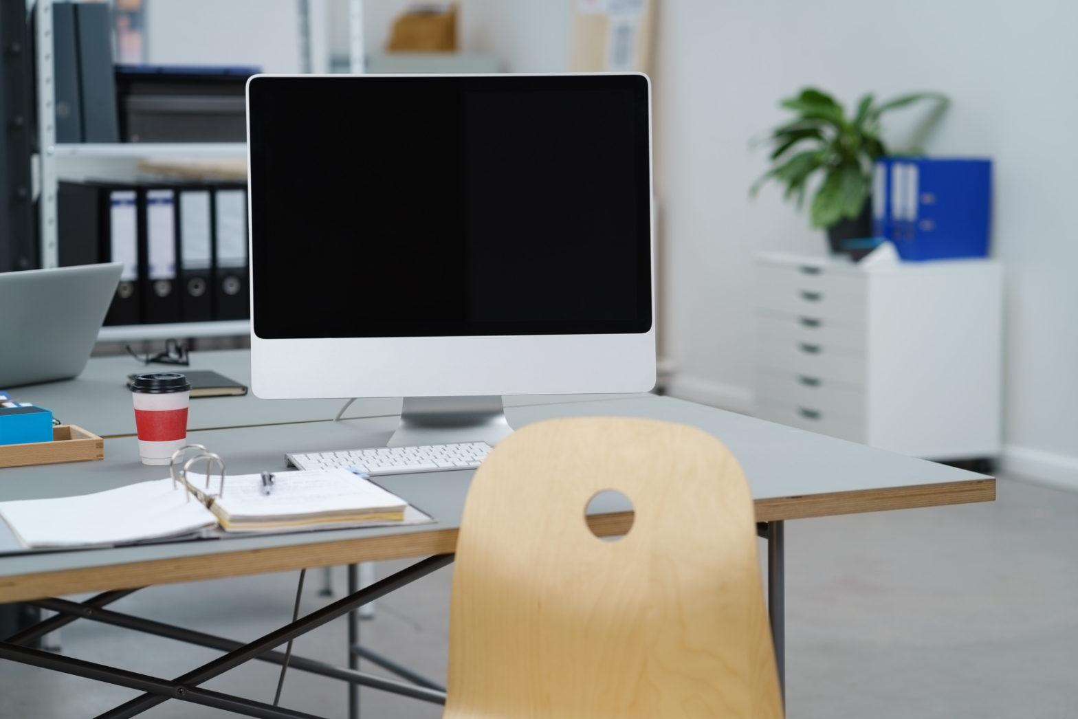 leerer bildschirm auf dem schreibtisch im büro